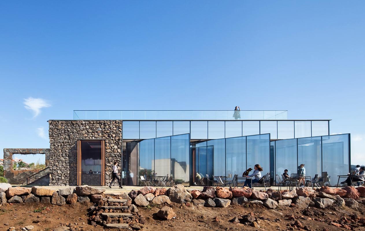 mons-cafe-arquitectura-brutalista-industrial-airelibre-1